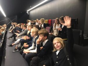 Õpilased ootavad etenduse algust